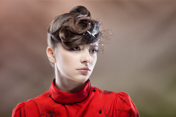 Zdjęcie studyjne portretu fashion, kobieta na kolorowym tle glamour